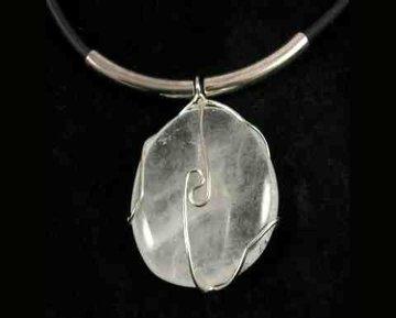 Bergkristal hanger aan rubberen koord