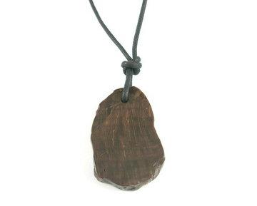 Versteend hout hanger aan koord ruwe zijkant