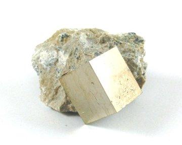 Pyriet kubus in gesteente